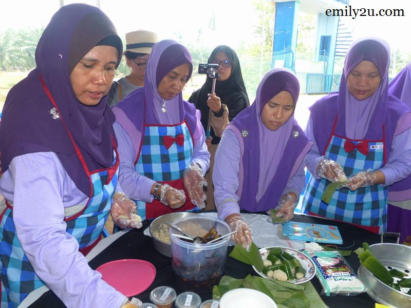 1. village womenfolk get together to make kuih lemper