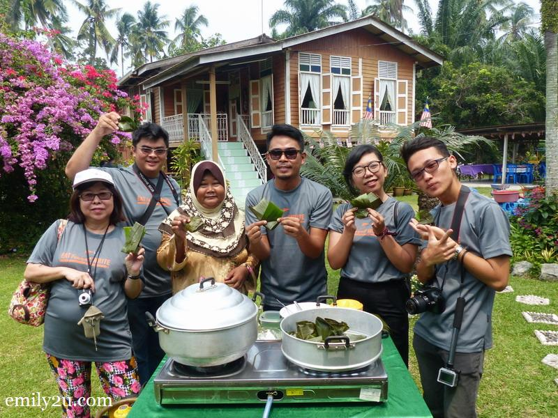 10. hands on kuih abuk-abuk