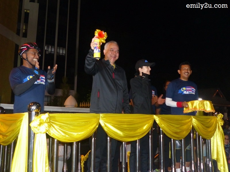 7. His Royal Highness Sultan of Perak Sultan Nazrin Shah flags off the ride by sounding the air horn
