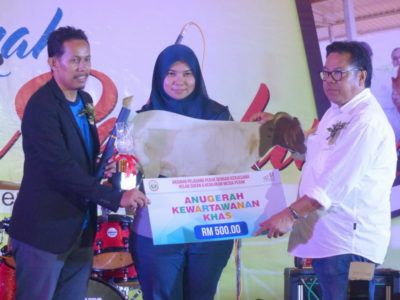 7. Asliza Musa receives the Special Award on behalf of veteran journalist, Haji Abu Bakar Sidek Bin Hashim