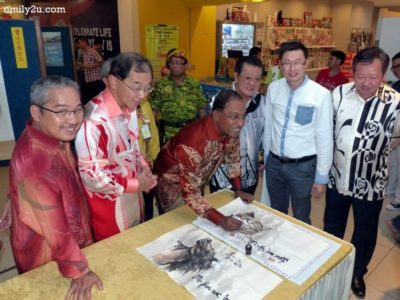 11. Dato' Seri Zambry dots the eye of the Chinese painting of a tiger