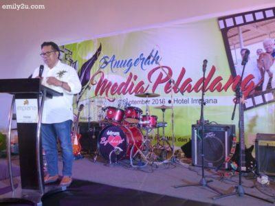 2. Yang Berbahagia Dato' Raja Ahmad Zainuddin bin Raja Omar, Chairman of Pertubuhan Peladang Negeri Perak, who is also adviser to Kelab Sukan & Kebajikan Media Perak