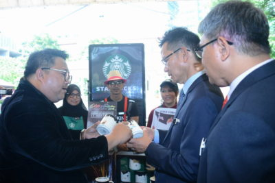 3. Deputy Secretary-General (Tourism) of the Ministry of Tourism and Culture Datuk Rashidi Hasbullah (2nd from R) visits Starbucks Malaysia booth during the launch event - Starbucks Malaysia City Relief Mugs are the official souvenirs of the event