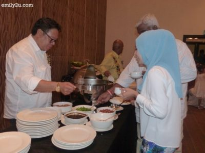 4. Dato' Raja Ahmad Zainuddin serves media friends