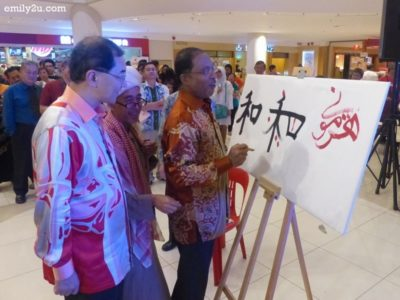 8. Perak MB puts the finishing touch on a dual-language calligraphy