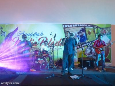 9. winner of the karaoke competition, Munir, displays his vocal prowess once again, backed by a live band with Dato' Raja Ahmad Zainuddin on drums