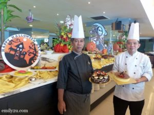 Palong Coffee House Executive Sous Chef Hamdan Jidi (L) with Black Forest Cake and Pastry Chef Henry Heng (R) with Cheese Cake