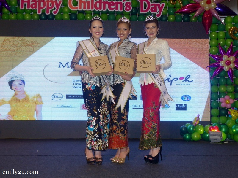11. Miss Malaysia Kebaya Perak 2016 Nurul Ain is flanked by 2nd runner-up Ho Zie Qi (L) and 1st runner-up Monica Picca (R)