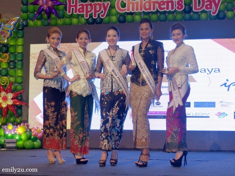 7. subsidiary title winners (L-R): Miss Body Beautiful (Nurul Ain), Best Catwalk (Elaine Yeoh), Miss Photogenic (Ho Zie Qi), Miss Congeniality (Ros Hanafiah) & Miss Elegant (Monica Picca)