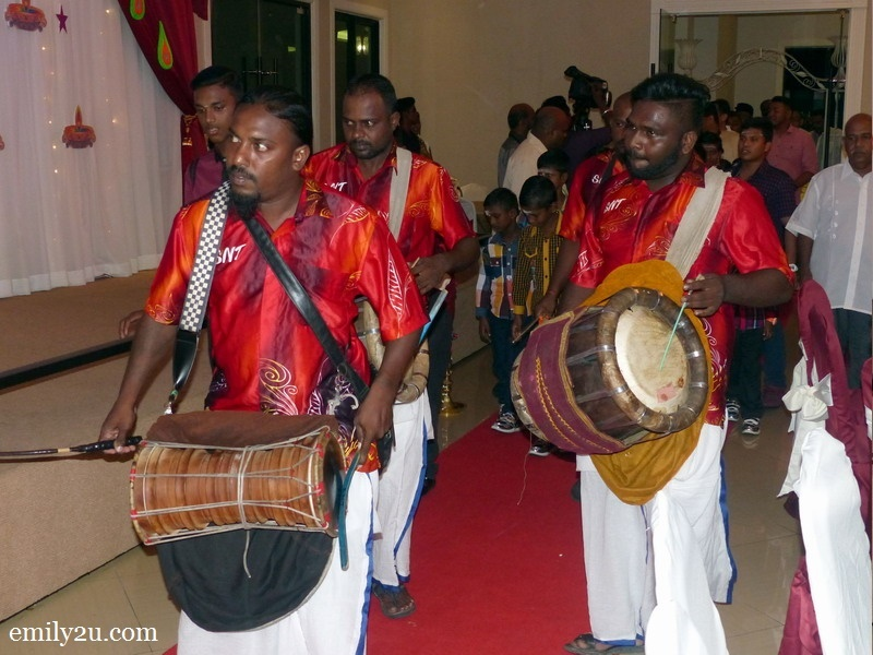 1. Indian beats welcome VIPs to the event