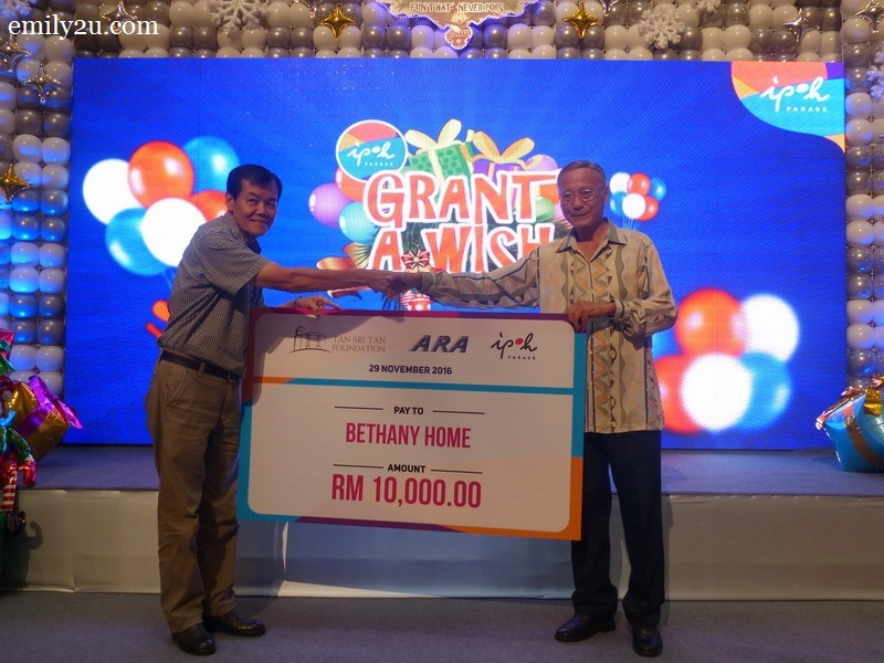 3. mock cheque presentation by Dato' Richard Ong (R) to Mr. Walter, representative of Bethany Home, Teluk Intan