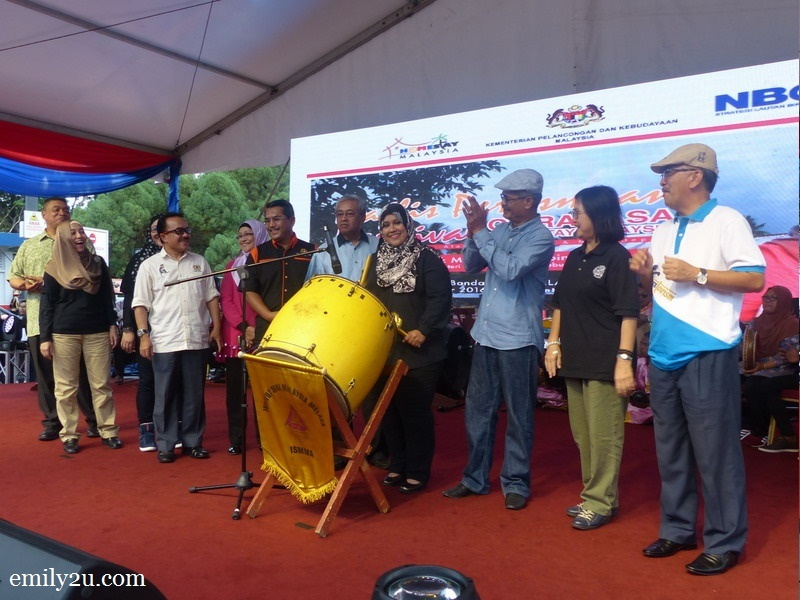 2. Deputy Minister of Tourism and Culture YB Datuk Mas Ermieyati binti Samsudin hits the drum to signal the launch of Karnival Citrarasa Homestay Malaysia 2016