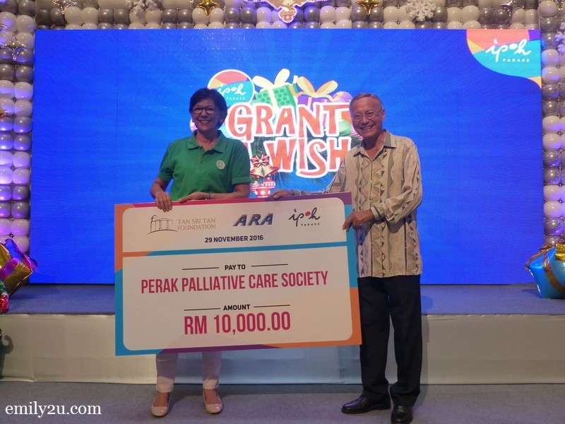 4. Mrs. Guddi Roy (L) represents Perak Palliative Care Society in the mock cheque presentation ceremony
