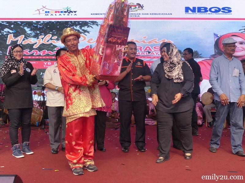 4. a representative from Negeri Sembilan receives a prize for one of the contests organised in conjunction with the carnival