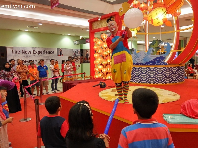 1. Au Young the Clown begins his giant balloon act