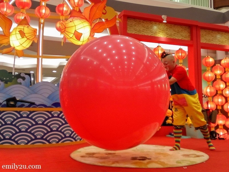 2. Au Young attempts to enter the balloon