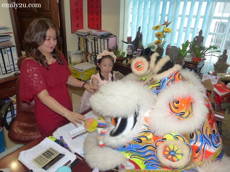 6. Director of Syeun Hotel, Ms. Maggie Ong, welcomes the lion into her office