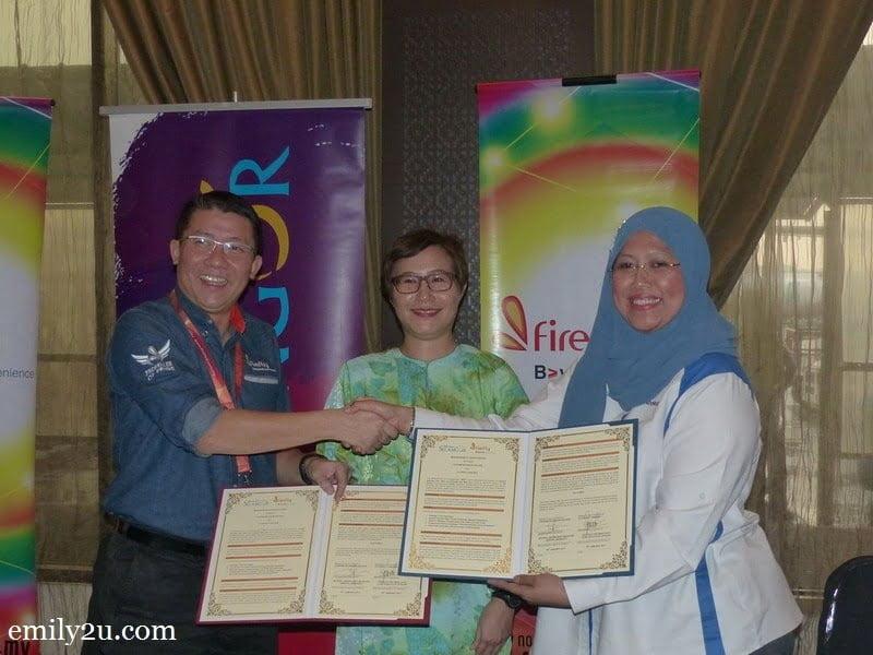6. signing of Memorandum of Understanding between Firefly (CEO Ignatius Ong) and Tourism Selangor's Puan Noorul Ashikin Bt. Mohd Din (R)