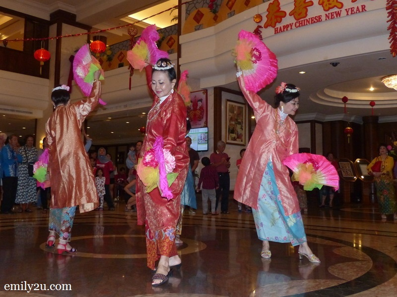 11. the Nyonya fan dance