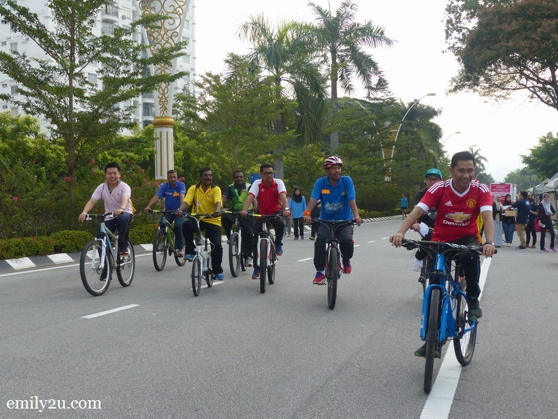 11. Datuk Bandar Dato' Zamri Bin Man cycles with his entourage