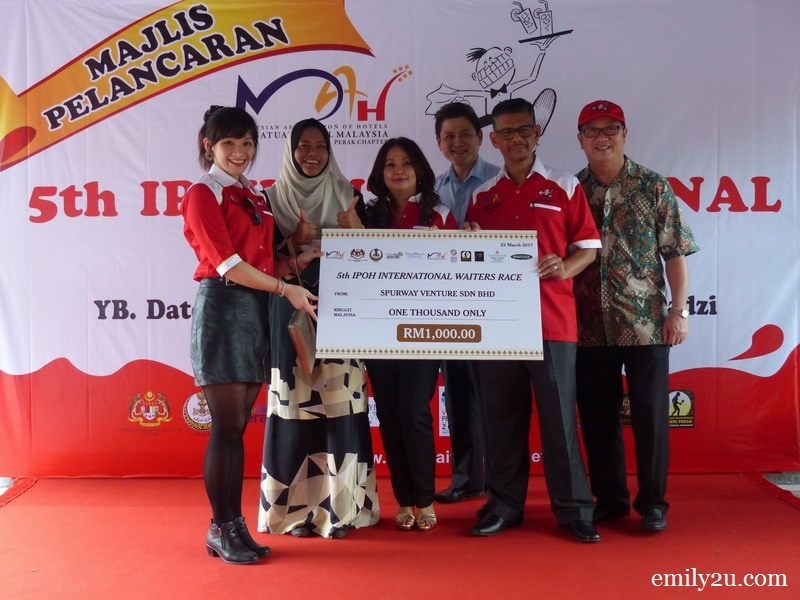 19. mock cheque presentation by Ms. Rains Choong (L) representing Spurway Venture Sdn. Bhd.