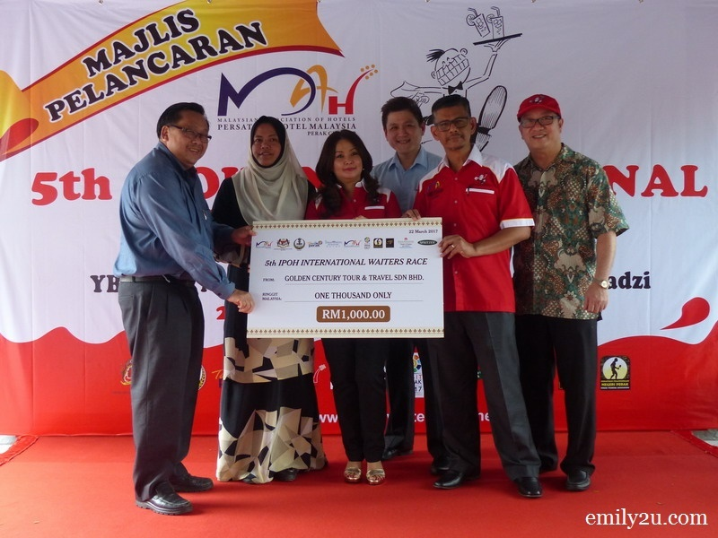 17. mock cheque presentation by Golden Century Tour & Travel Sdn. Bhd. Mr. Jimmy Goh (L)