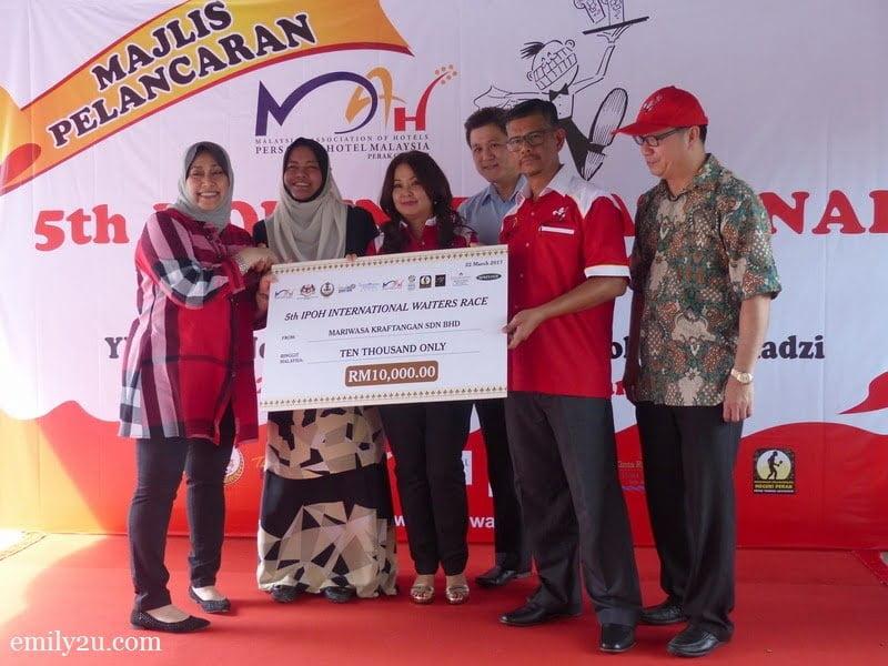 14. sponsorship by Pn. Puteri Rafidzah, CEO of Mariwasa Kraftangan (L)
