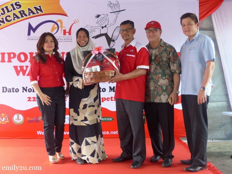 21. the 5th Ipoh International Waiters Race committee presents a token of appreciation to guest-of-honour Dato' Nolee