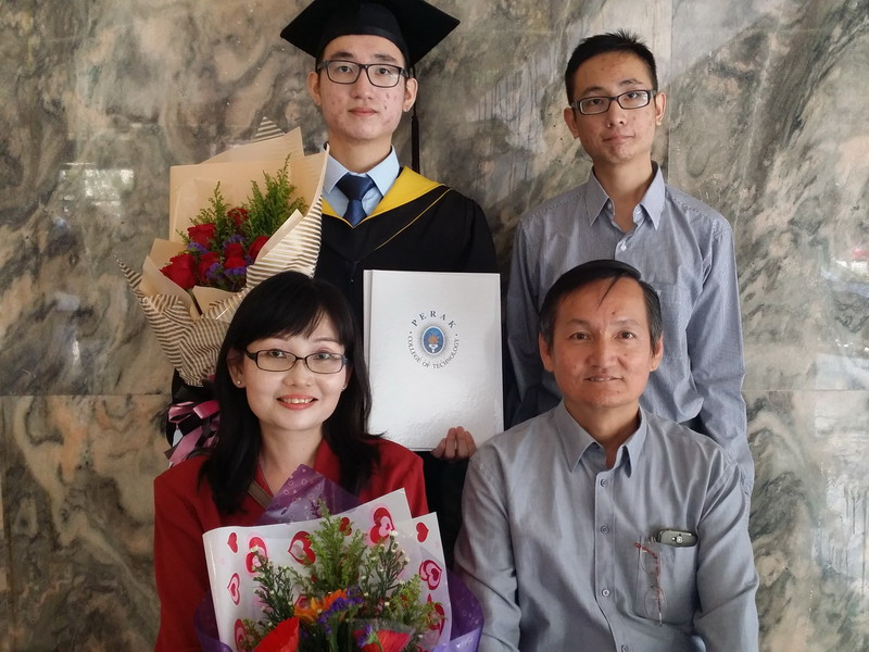 3. Seow Si Xiang (standing left) graduates in Diploma in Computer Science with a CGPA of 3.91