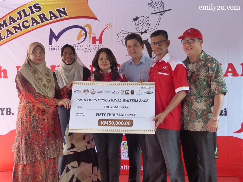 9. mock cheque presentation by Tourism Perak CEO Pn. Zuraida bt. Md. Taib (L)