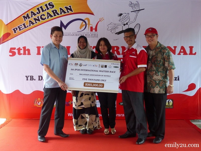 11. mock cheque presentation by  Malaysian Association of Hotels (MAH) CEO Mr. Yap Lip Seng (L)