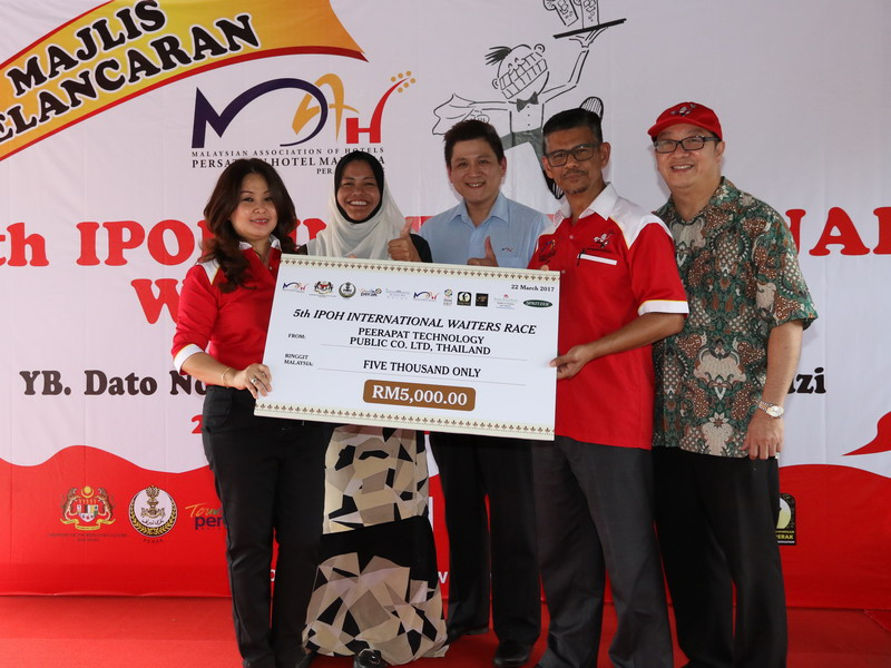 16. Syeun Hotel Ipoh Managing Director Ms. Maggie Ong (L) represents Peerapat Technology Public Co. Ltd, Thailand, in sponsoring RM5,000 to the 5th Ipoh International Waiters Race