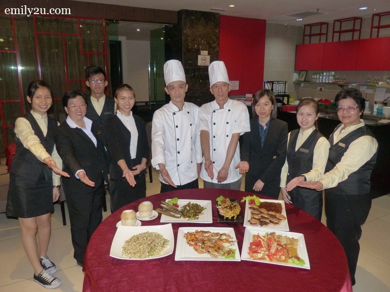 14. management and restaurant crew present some of the signature dishes of Zui Xin Lao Seafood Restaurant (L-R): Choo Hui Ying, Restaurant Manager Cheng Choy Peng, Nicholas, Nalin, Executive Chef Chong Chee Yuan, Cutter Chung Yew Choong, Kim, Wong Lai Leng & Bobo Choong