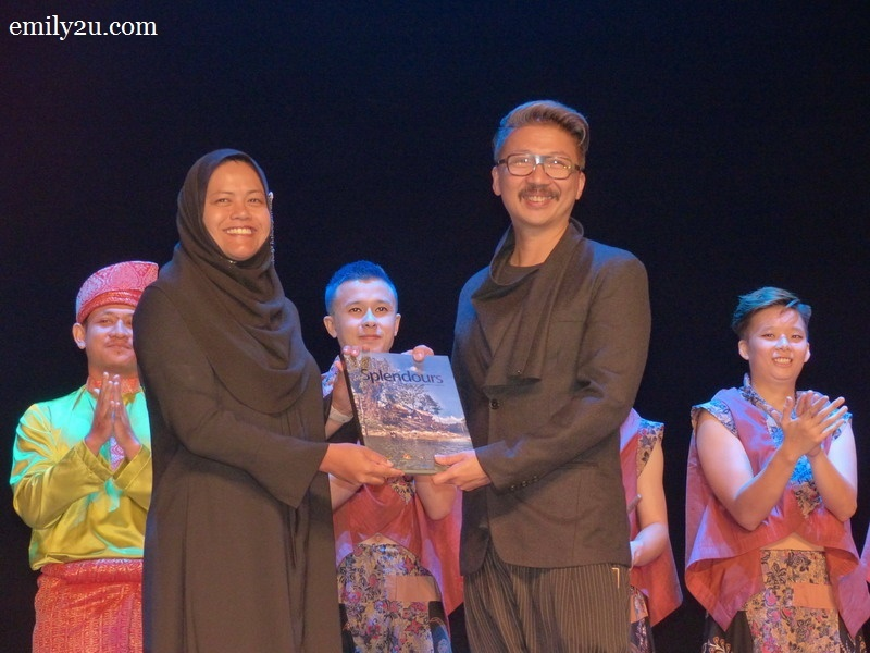 15. Perak State Exco for Health, Tourism and Culture Y.B. Dato' Nolee Ashilin Mohd. Radzi presents a token of appreciation to Bernard Goh