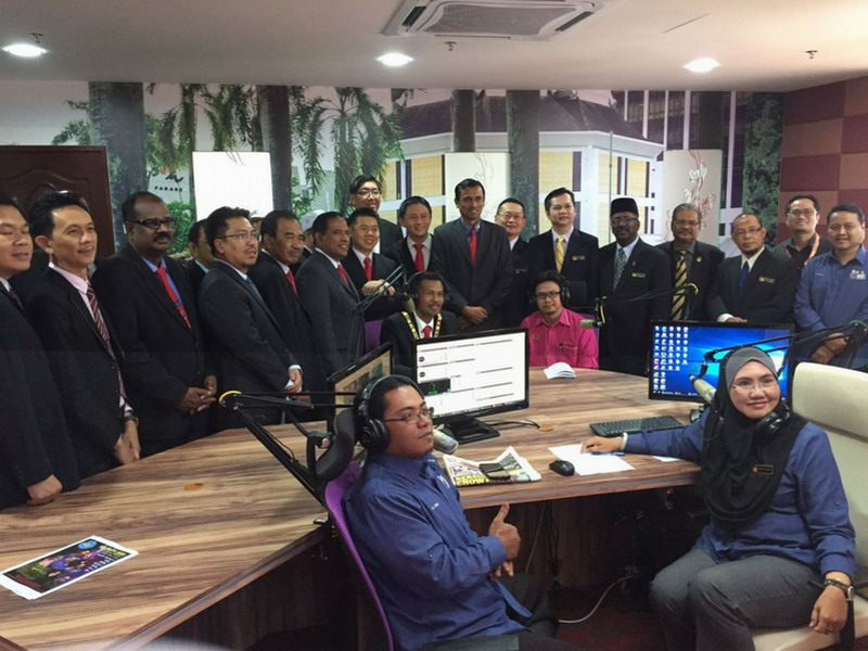 5. a group photo of Ipoh Lord Mayor Dato' Zamri Bin Man and city councillors with radio presenters