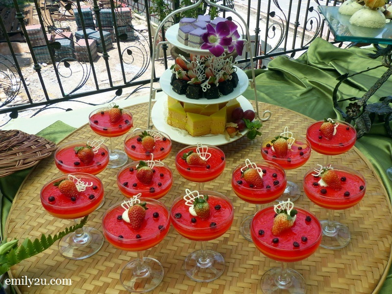 17. jelly pudding with mini pastries