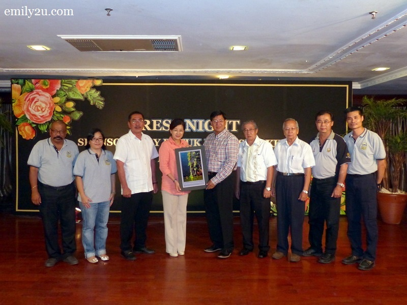 6. Perak Press Club committee members present a memento to Datuk Heng