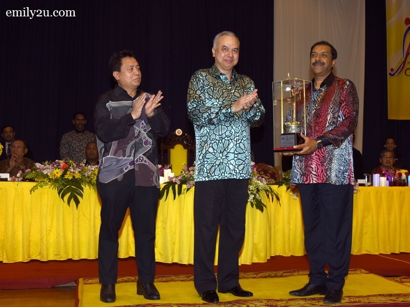 8. Dato' Tayyab Ikram of AHF receives a memento from Sultan Nazrin Shah, Sultan of Perak