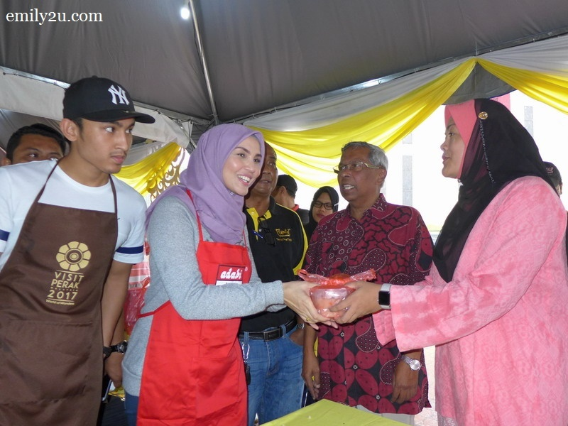16. Perak State ExCo for Tourism, Arts, Culture, Multimedia and Communications, Dato' Nolee Ashilin Mohammed Radzi hands out bubur lambuk to Fiza Elite