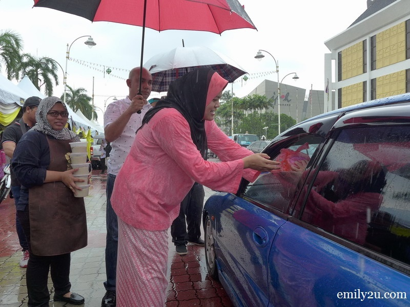 17. Perak State ExCo for Tourism, Arts, Culture, Multimedia and Communications, Dato' Nolee Ashilin Mohammed Radzi distributes bubur lambuk to motorists