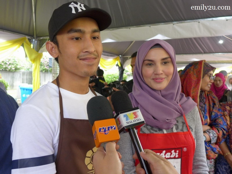18. celebrity guests: Ezzrin Loy (L) & Fiza Elite (R)