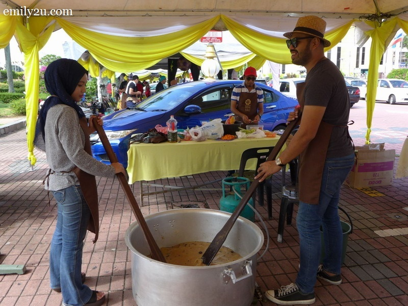 3. members of Kelab Sukan & Kebajikan Media Perak stir the pot