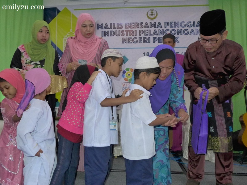 4. Rohingya children receive their Hari Raya goodies