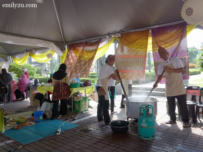 5. cooking bubur lambuk