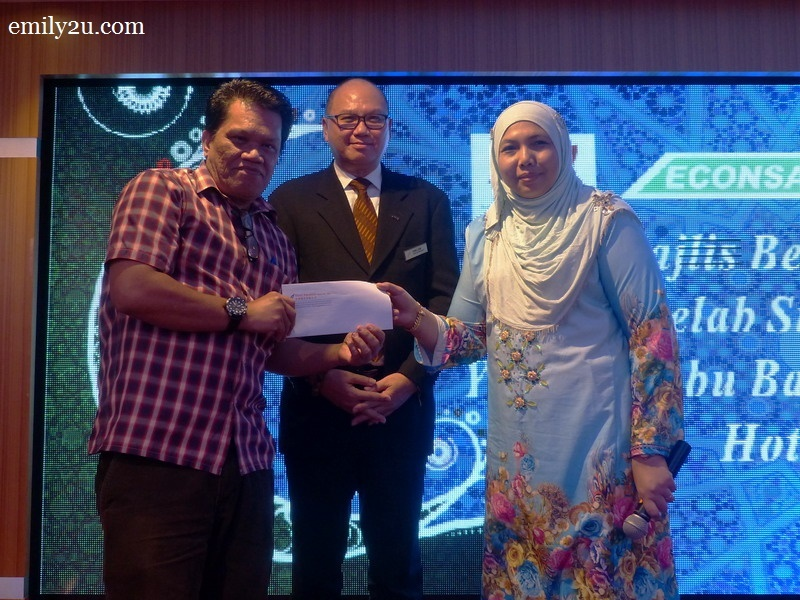 10. Abang Pilus of Bernama (L) wins the grand prize in the lucky draw sponsored by Hotel Excelsior Ipoh. Presenting the prize are hotel General Manager Ron Low and Tourism Perak Chief Executive Officer Puan Zuraida Md. Taib (R)