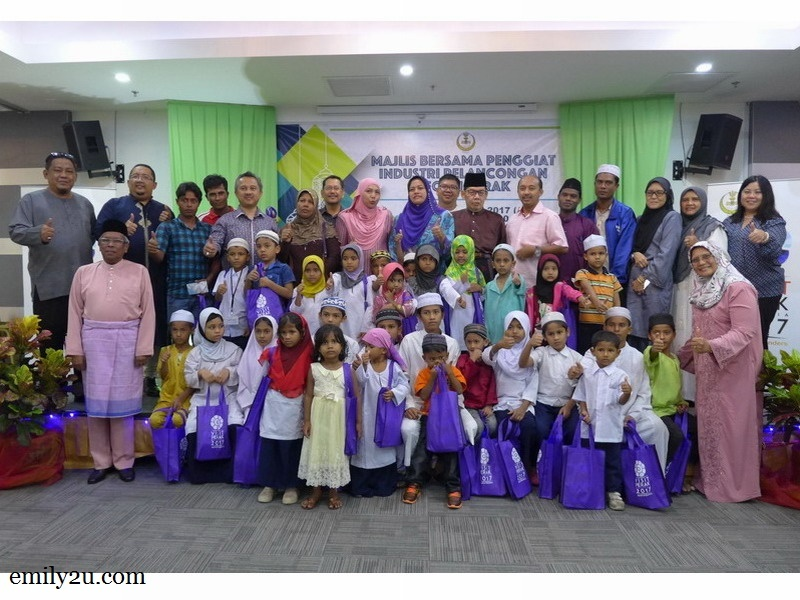 5. Rohingya children and their guardians from Rohingya Society Malaysia (Perak) take a group photo with their hosts and sponsors