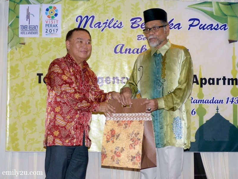 5. hotel director Mr. Simon Leong (L) presents a token of appreciation to sponsor En. Zainal Arif from Empada Sdn. Bhd. (R)