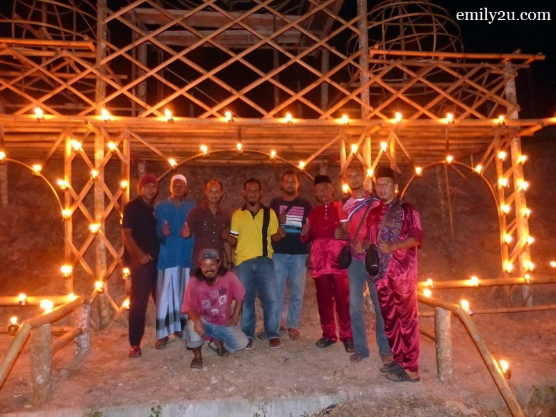 6. some of the Kampung Changkat Gohor village folk who designed and built this house with 'Selamat Hari Raya' theme