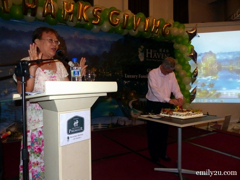 7. Mrs. Suzanne Thong leads the guests to sing the Happy Birthday song in various languages