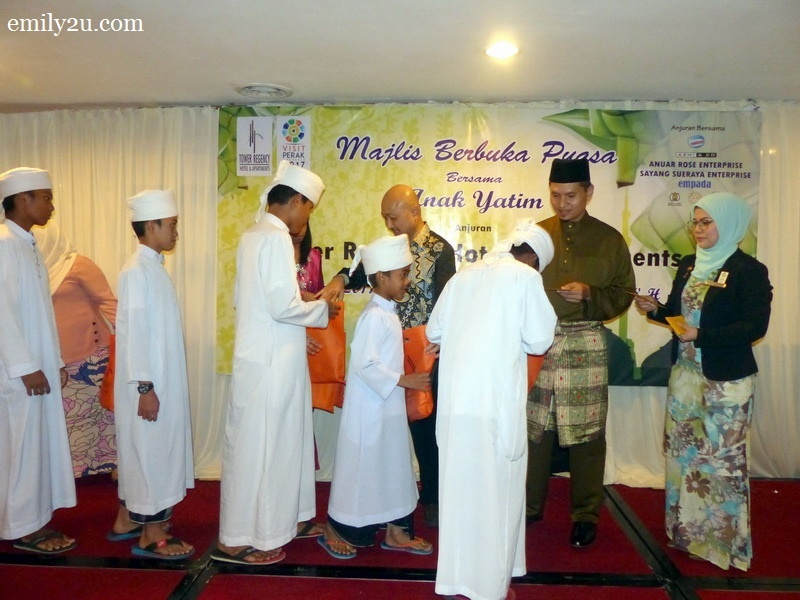 7. hotel director Cheong Soon Loong and sponsor En. Noorzamani (R) distribute goodie bags and duit raya to kids from Maahad Tahfiz Al Ansori